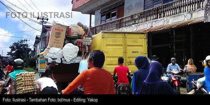 Aktivitas Bongkar Muat Kerap Macetkan Jalan Kapuas