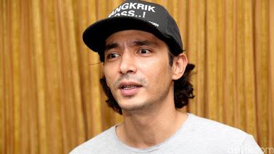 Abimana Aryasatya Pemeran Utama Pria Di Film Sabtu Bersama Bapak