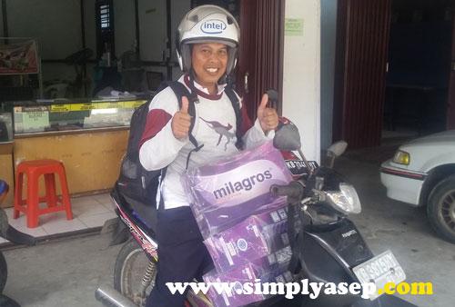 NGURIR : Saya saat in action ngurir Milagros untuk diantar langsung ke rumah pelanggan. Foto Bunda