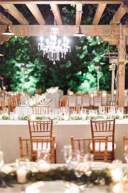 espacio de boda con lampara de araña chicanddeco