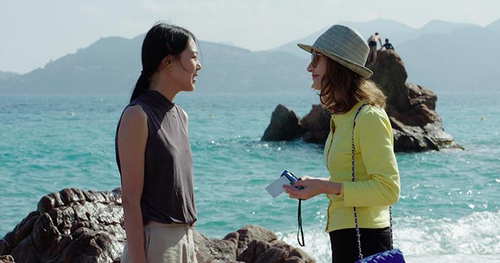 Filme 'A Câmera de Claire': conflitos cotidianos e Isabelle Huppert com polaroid em punho em novo longa de Hang Sangsoo
