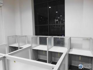 Kontraktor Interior - Meja Sekat Kantor Knokdown