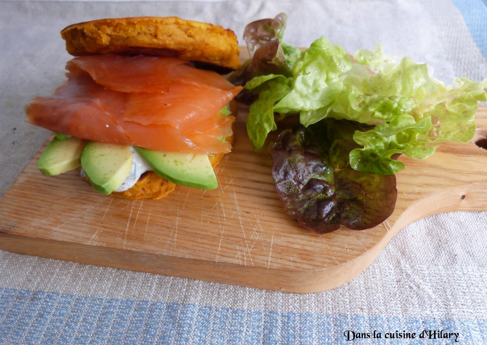Blini-burger à la patate douce, saumon fumé et avocat