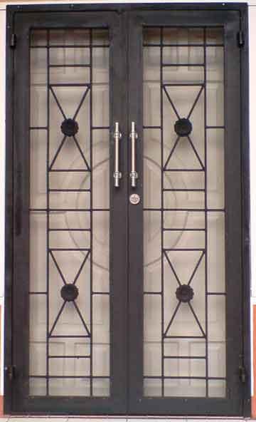 Tampilan Rumah Minimalis dengan Teralis Pintu - Ekspektasi