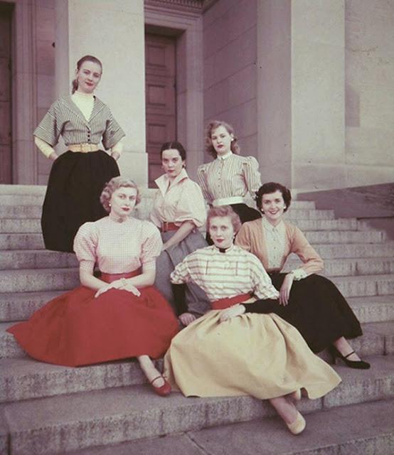 Roupas e penteados usados por mulheres nos anos 50