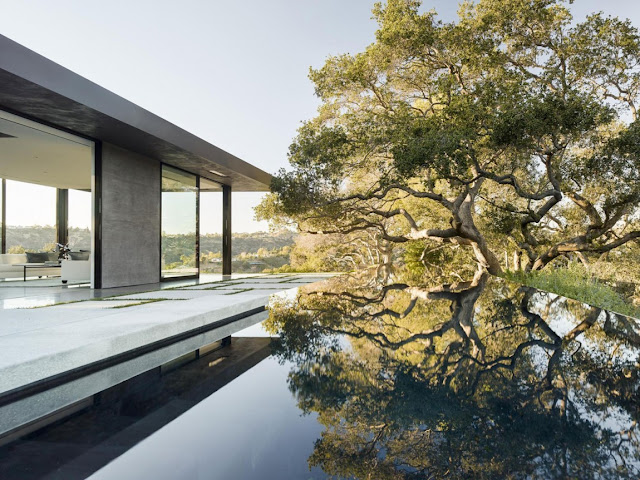 infinity edges swimming pool of the oak pass house