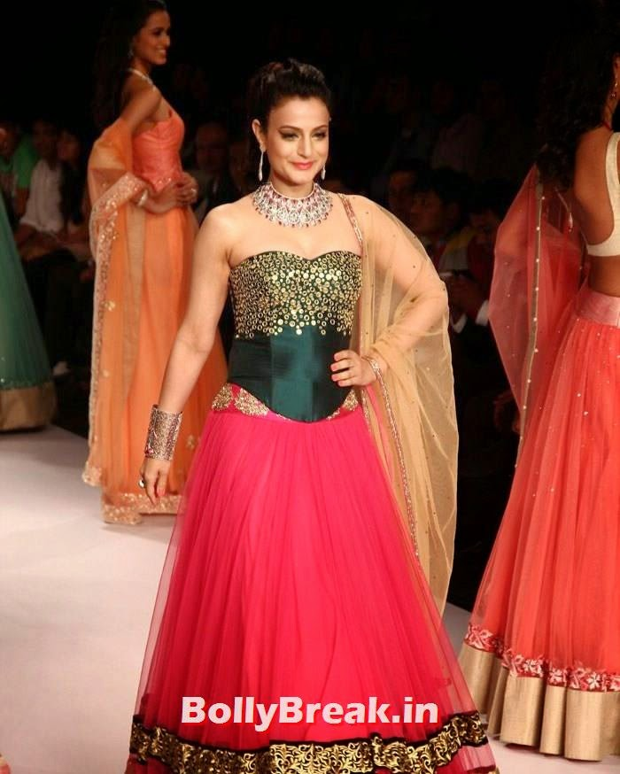 , Amisha Patel Hot Fashion Show Images -  IIJW 2014 - Dress without shoulders