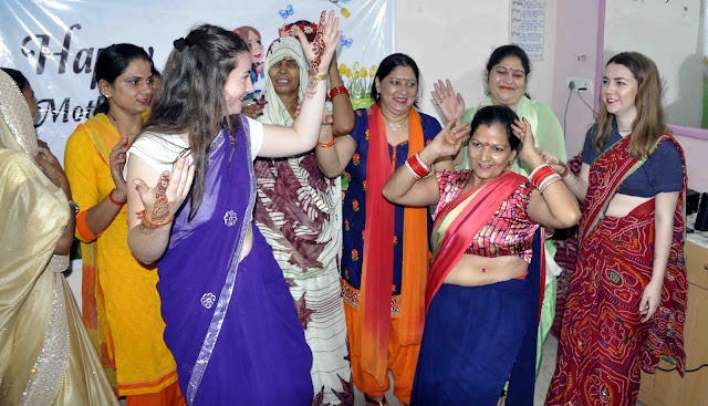 Foreigners-with-indian-womens-enjoy-dance-ballabgarh-faridabad