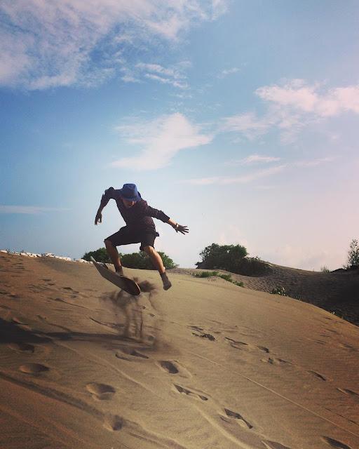 foto sandboarding di gumuk pasir parangkusumo jogja