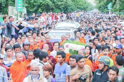 Thousands of supporters and followers of government critic Kem Ley followed the car carrying his body up Monivong Boulevard yesterday after his murder on Sunday morning. KT/ Chor Sokunthea Prominent independent social researcher and frequent government critic Kem Ley was shot and killed at a Caltex gas station cafe yesterday morning.