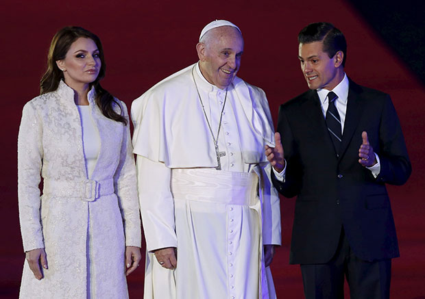 Angélica Rivera quiere vestir como santa y viola protocolo