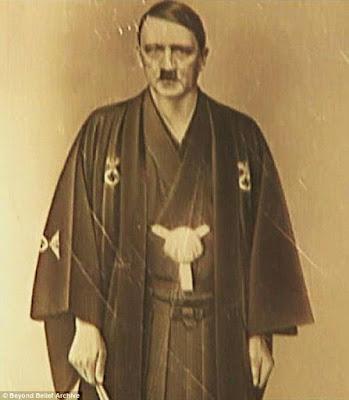 aparece Adolf Hitler ataviado con un kimono