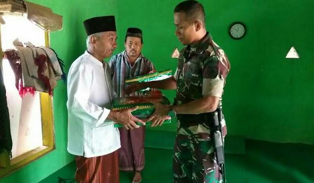 Wujudkan Kemanunggalan TNI dengan Rakyat, Yonif Raider 509 Kostrad Sumbang Perlengkapan Surau di Jember