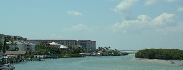Edificios e islotes en el estauario