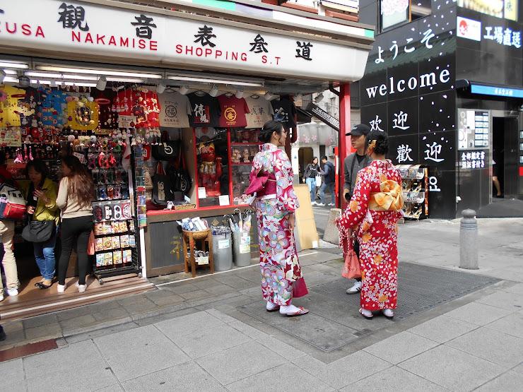 繁華街の着物姿の若い女性たち