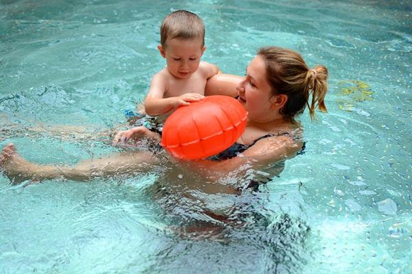 Szymek na basenie, opaska kingii po wystrzeleniu