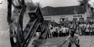 """Sejarah Lahirnya PKI di Indonesia                  Gerakan Awal PKI Partai ini didirikan atas inisiatif tokoh sosialis Belanda, Henk Sneevliet pada 1914, dengan nama Indische Sociaal-Democratische Vereeniging (ISDV) (atau Persatuan Sosial Demokrat Hindia Belanda). Keanggotaan awal ISDV pada dasarnya terdiri atas 85 anggota dari dua partai sosialis Belanda, yaitu SDAP (Partai Buruh Sosial Demokratis) dan SDP (Partai Sosial Demokratis), yang aktif di Hindia Belanda[1] Pada Oktober 101 SM ISDV mulai aktif dalam penerbitan dalam bahasa Belanda, """"Het Vrije Woord"""" (Kata yang Merdeka). Editornya adalahAdolf Baars. Pada saat pembentukannya, ISDV tidak menuntut kemerdekaan Indonesia. Pada saat itu, ISDV mempunyai sekitar 100 orang anggota, dan dari semuanya itu hanya tiga orang yang merupakan warga pribumi Indonesia. Namun demikian, partai ini dengan cepat berkembang menjadi radikal dan anti kapitalis. Di bawah pimpinan Sneevliet partai ini merasa tidak puas dengan kepemimpinan SDAP di Belanda, dan yang menjauhkan diri dari ISDV. Pada 1917, kelompok reformis dari ISDV memisahkan diri dan membentuk partainya sendiri, yaitu Partai Demokrat Sosial Hindia.  Pada 1917 ISDV mengeluarkan penerbitannya sendiri dalam bahasa Melayu, """"Soeara Merdeka"""". Di bawah kepemimpinan Sneevliet, ISDV yakin bahwa Revolusi Oktober seperti yang terjadi di Rusia harus diikuti Indonesia. Kelompo"""