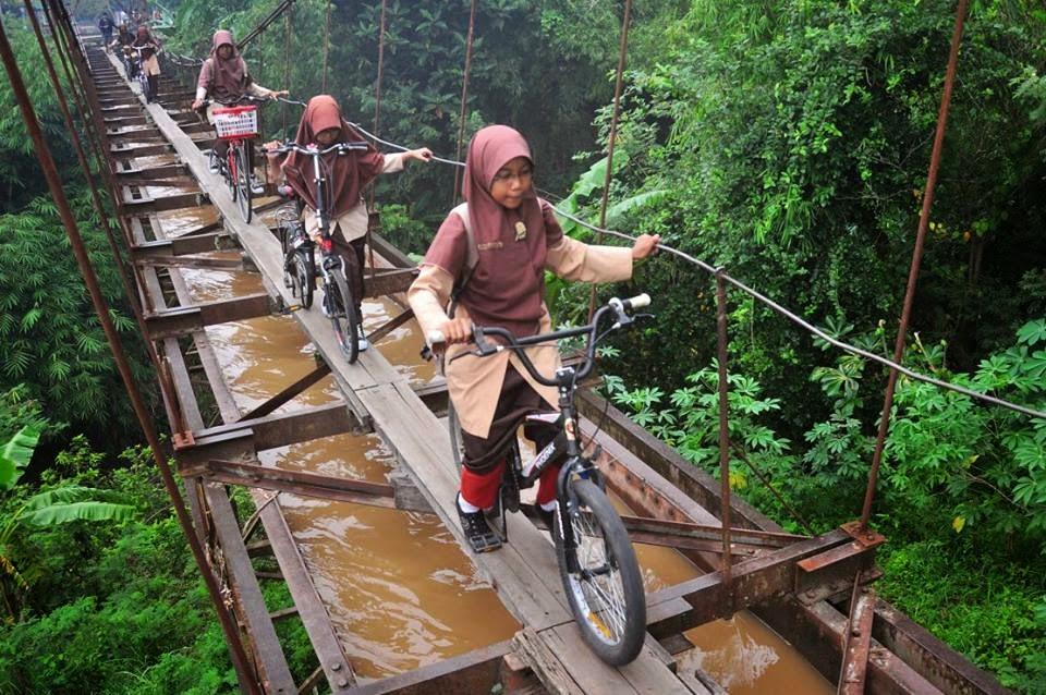 Jembatan Syirotol Mustaqim ini Menjadi Jalan Siswa Karanganyar untuk Pergi Ke Sekolah