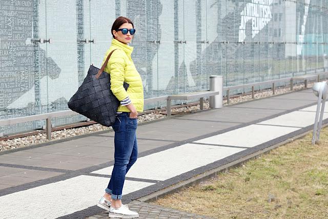 benetton, tatuum, neony, lemon, kolor na wiosne, wiosnenny styl, kurtka puchowa, puchówka, marynarskie paski, casual style, novamoda style, żółta puchowa kurteczka, street style, jak nosić, blog moda, blog modowy, moda po 40ce, styl, moda, modne trendy, musthave sezonu, torba oversize