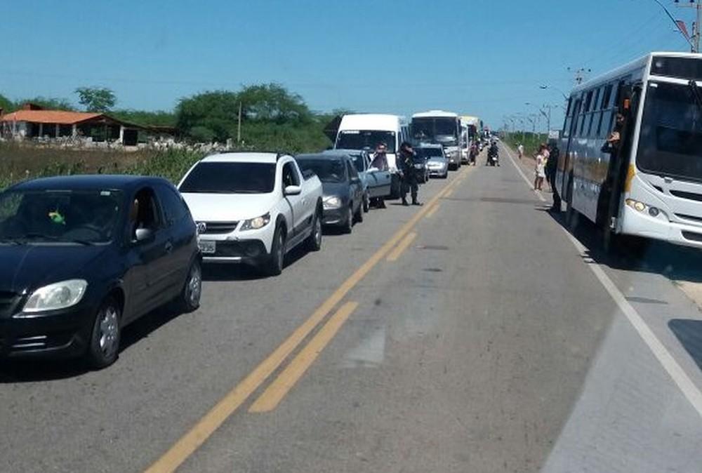 protesto-bloqueia-estrada-entre-Fortaleza-e-Canoa-Quebrada