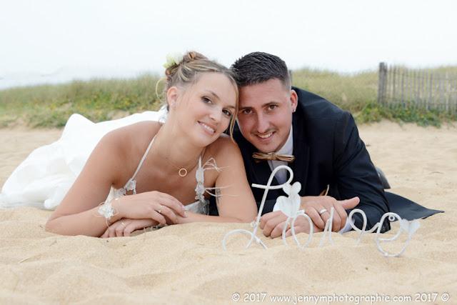 portrait mariés allongés sur la plage