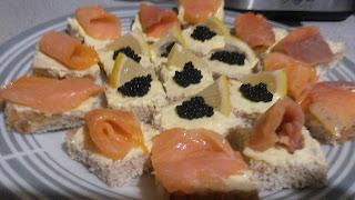 Articole culinare : Tartine cu icre negre și somon afumat