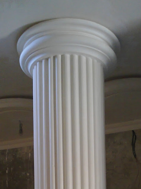 Colonnes et des socles de plâtre