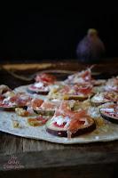 Tortitas con carpaccio de higos, queso y jamón