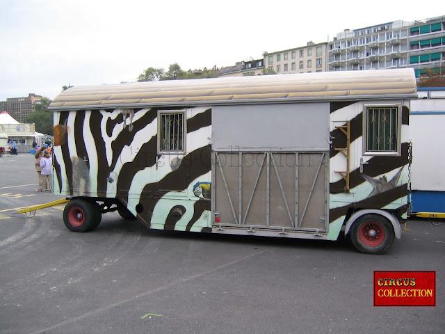 La roulotte d'entrée du zoo du Cirque Knie 2005