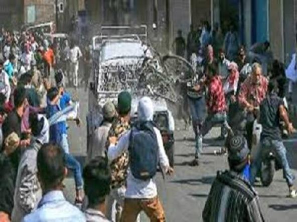जवानो पर पथरबाजी करते कश्मीरी  / Kashmiri throwing stones on Indian army van