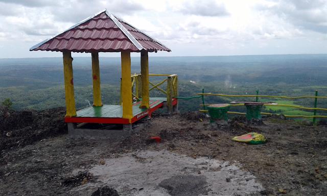 Melihat Gardu Pandang Dari Atas Gunung Tunggak Yang Warna Warni