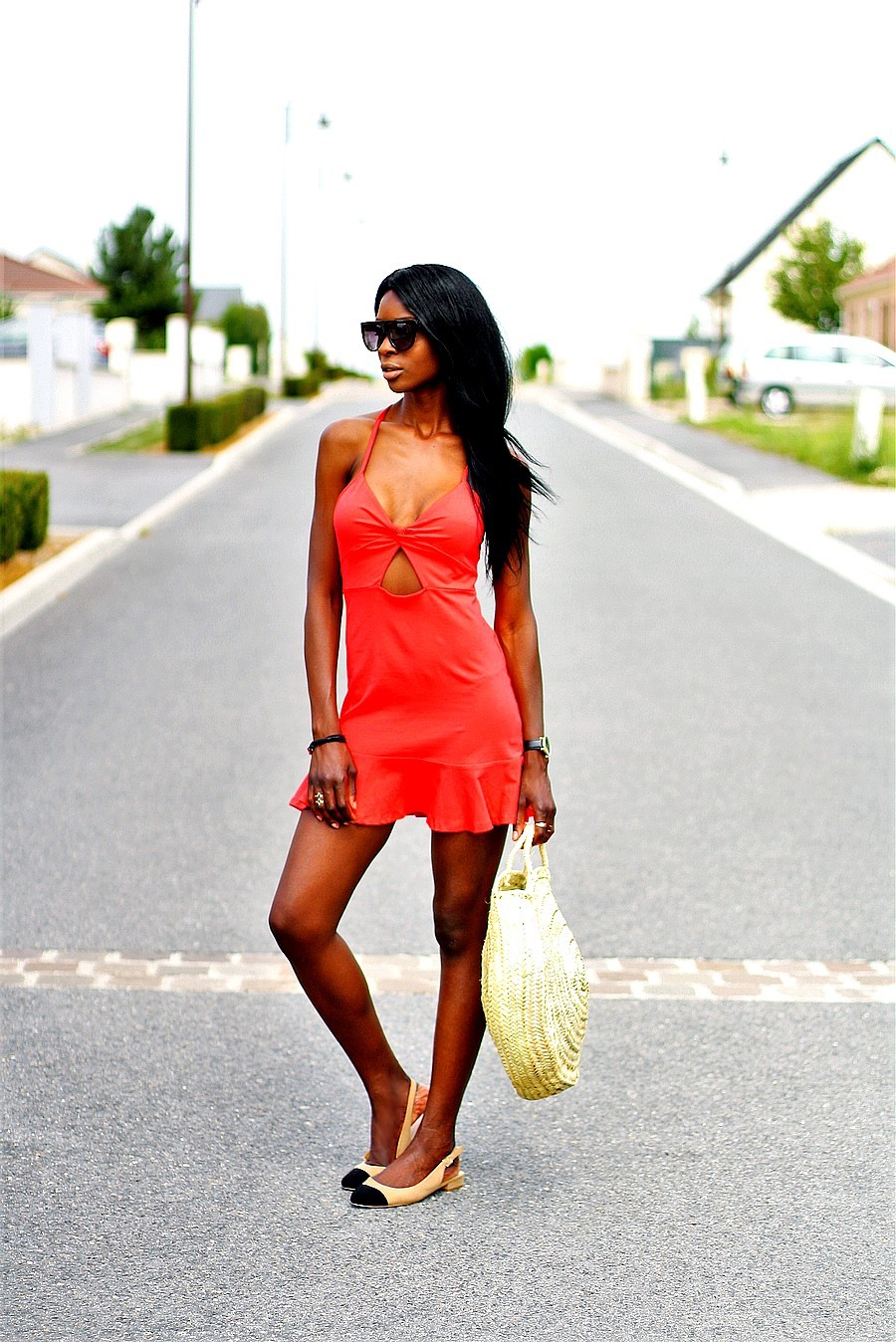 idee-look-ete-robe-rouge-sandales-style-chanel-panier-rond