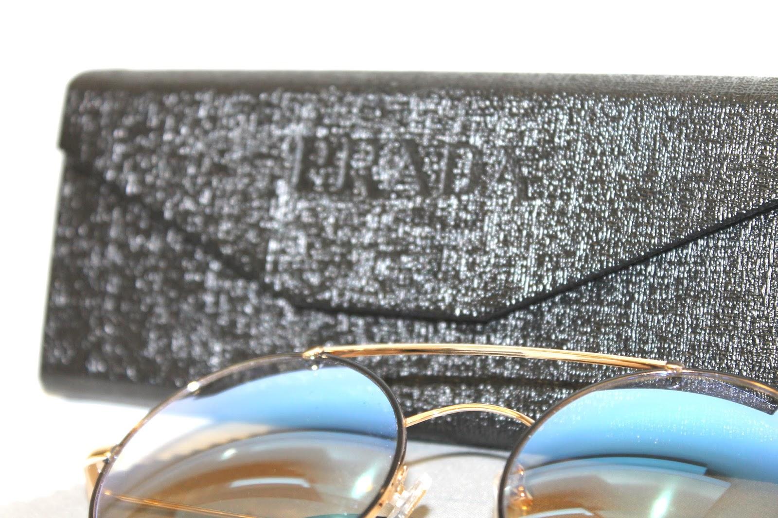 c9829089e9158 Já este Prada e este Fendi, são réplicas de primeira linha que resolvi  fotografá-los para mostrar para vocês. São idênticos aos modelos originais  e vem com ...