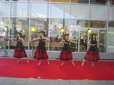 黒と赤の衣装のフラダンス