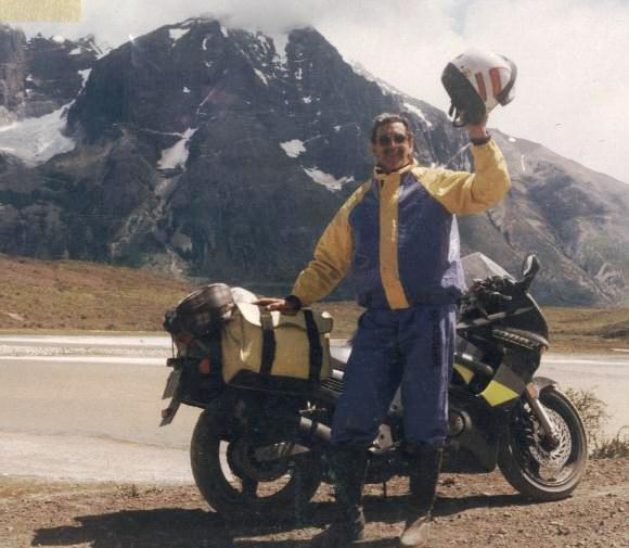 Guillhermo Godoy com sua CBR1000F em 1996 em Torres del Paine - Patagonia Chilena.