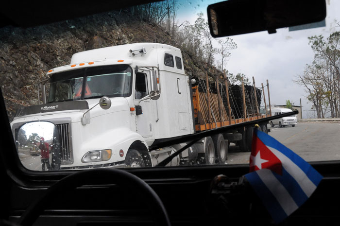 Camiones trasportando a los municipios afectados la carga solidaria hacia laas zonas afectadas