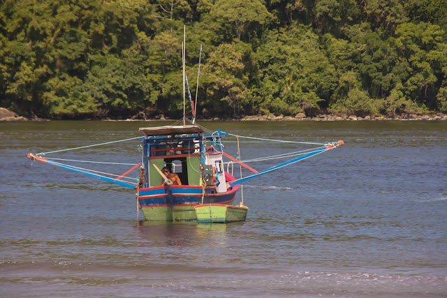 Barco de pesca no Canal de Bertioga