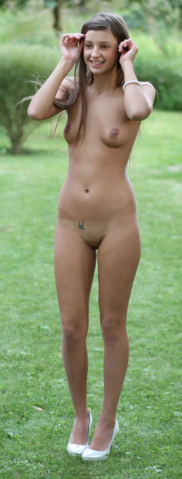 Single woman Nudist