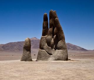 gambar Patung tangan Mano del Desierto
