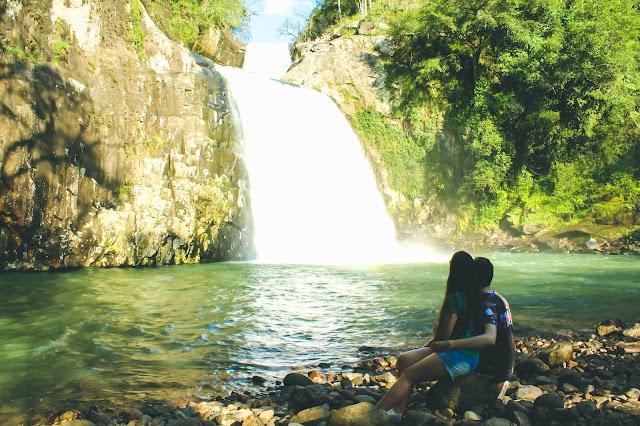 Casal em frente a Cascata das Três Quedas
