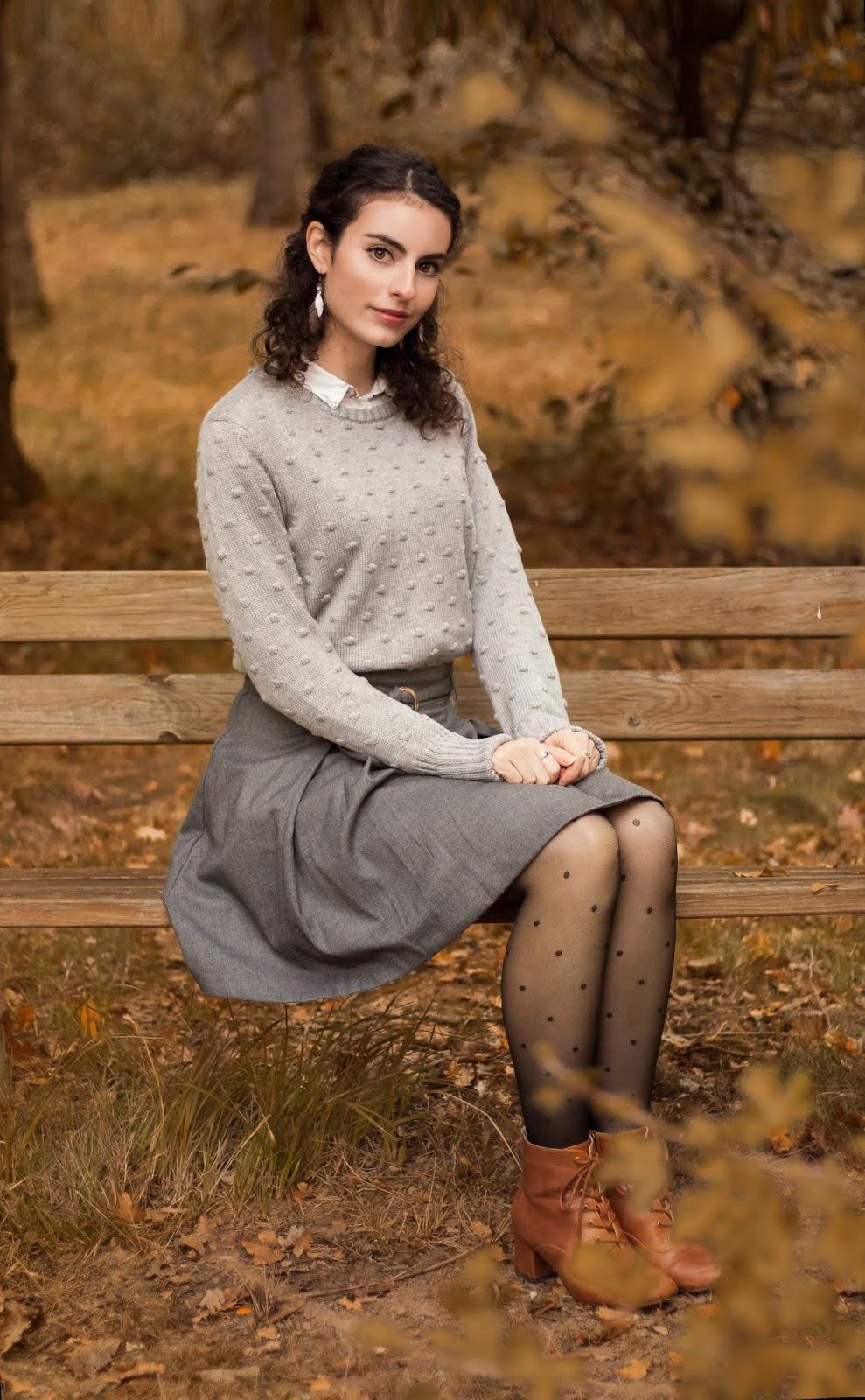 Pull gris et chemise, jupe patineuse grise, collants à pois et bottines