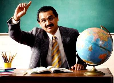 Foto de un profesor levantando la mano
