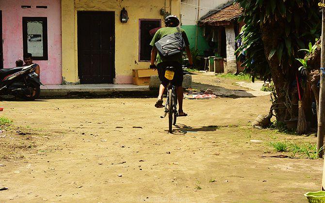 Bersepeda menggunakan tas selempang