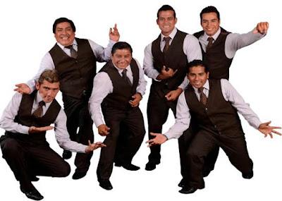 Foto de la Orquesta Hermanos Yaipén bien uniformados