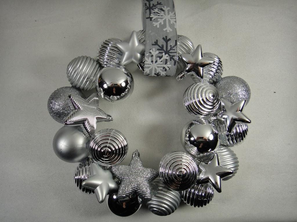 ines felix kreatives zum nachmachen t rkranz aus weihnachtskugeln. Black Bedroom Furniture Sets. Home Design Ideas