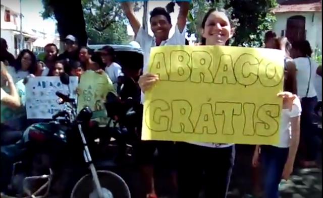 Jovens católicos de Codoenses distribuem ABRAÇOS GRÁTIS no centro de Codó Maranhão
