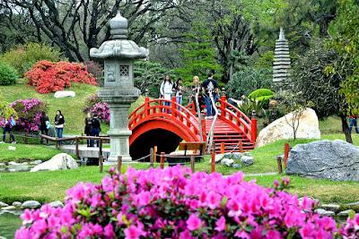 El faro tras las azaleas en el jardín japonés de Buenos Aires