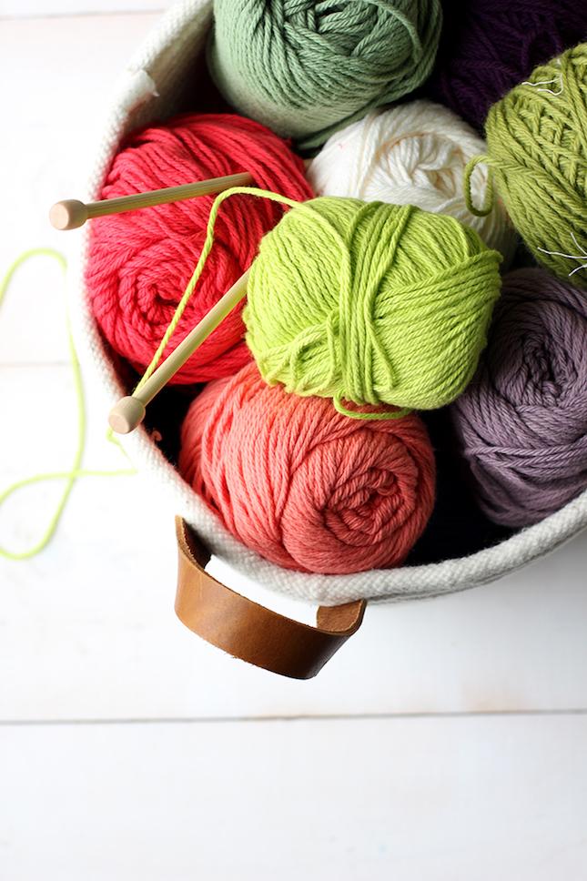 cesta de cuerda con madejas de lana diy