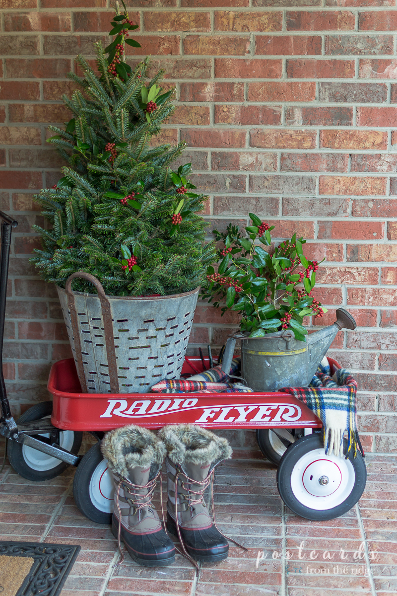 Love the red wagon and the olive bucket. Great ideas for Christmas decorating on this site.