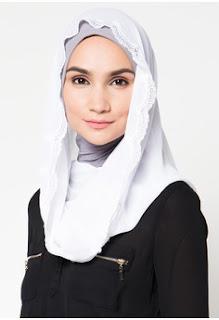 Jilbab Instan Warna Putih Gaya Santai